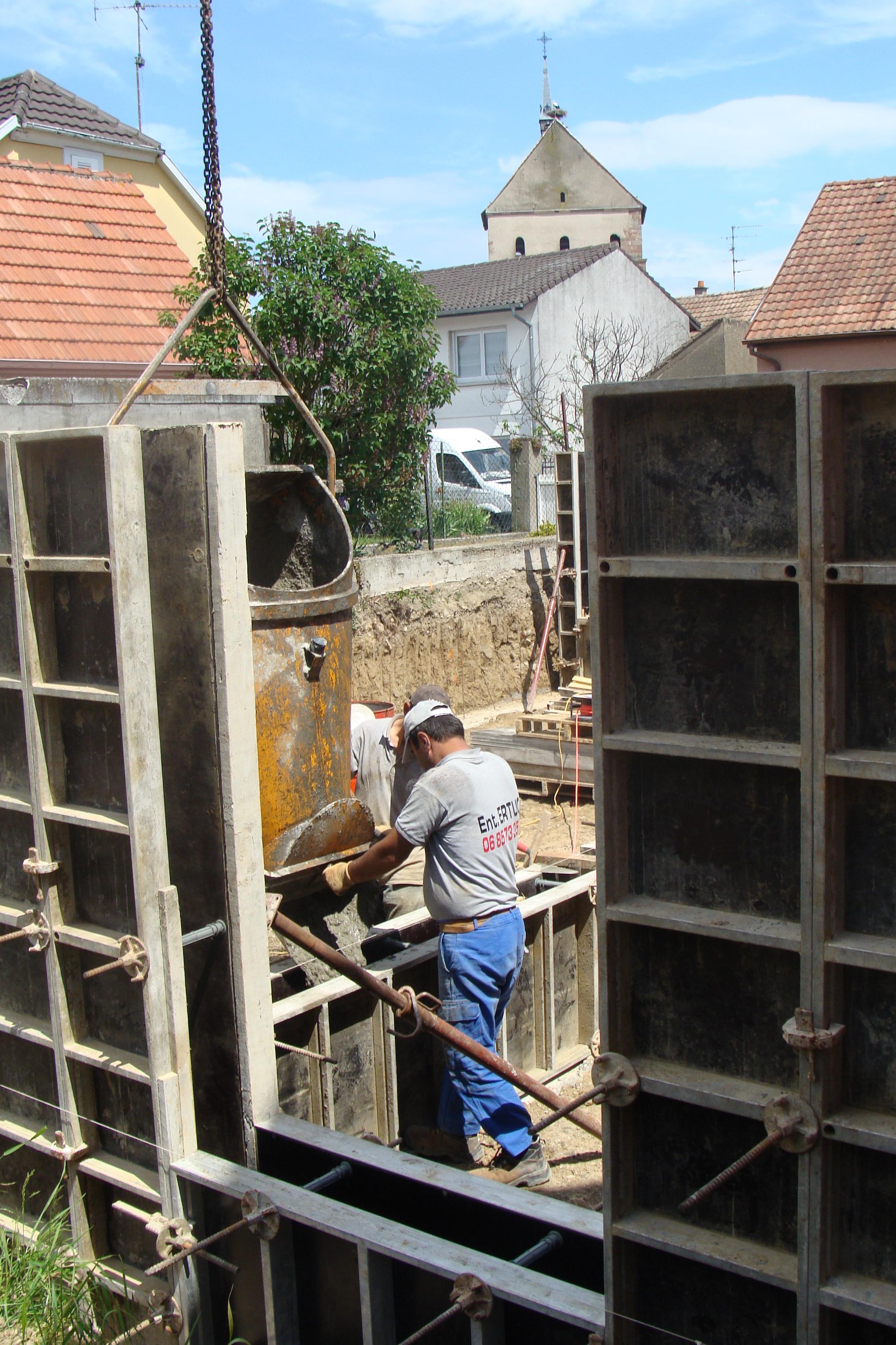 Coffrage et coulage de béton vide-sanitaire dans MACONNERIE dsc05509